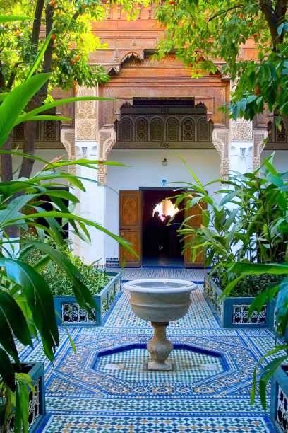 Einer der Innenhöfe des prächtigen Bahia-Palasts in Marrakesch. Die Bauweise im Stil einer römischen Villa findet sich in Marokkos Altstädten immer wieder – viele der traditionellen Riads in Marrakesch gehören heute reichen Ausländern