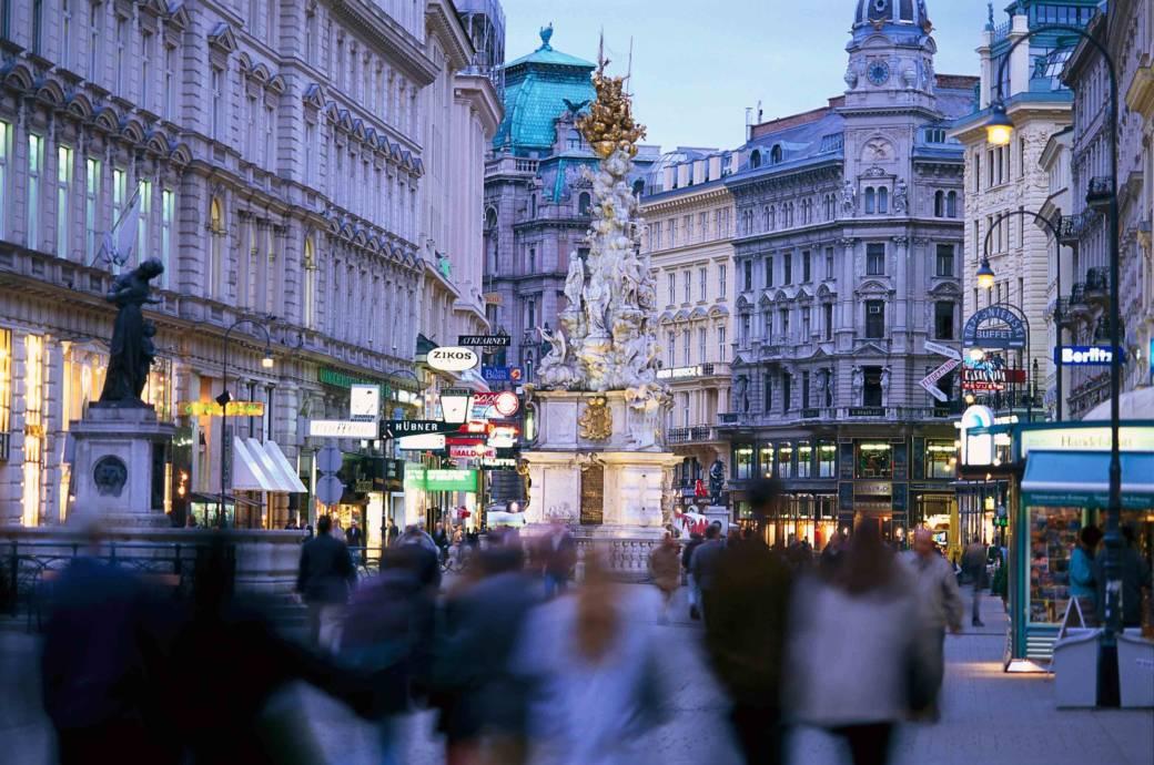 Prächtige Fassaden und zahlreiche Geschäfte prägen die bekannteste Einkaufsstraße Wiens: Der Graben