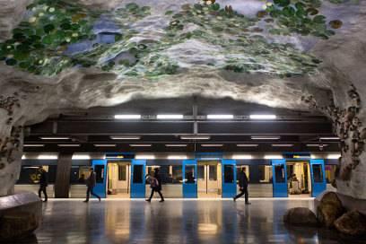 Die Metro Stockholms ist nicht nur ein effizientes Verkehrsmittel –sondern mit ihren 110 Kilometern Strecke auch die längste Kunstausstellung der Welt: Mehr als 150 Künstler haben 90 der 100 Metrostationen dekoriert