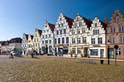 """Friedrichstadt, gegründet 1621 von Herzog Friedrich III., liegt im Landesinneren zwischen den Flüssen Eider und Treene. Das """"Holländerstädtchen"""" zieht Touristen wegen seiner Grachten und der Bauten in niederländischer Backsteinrenaissance an"""