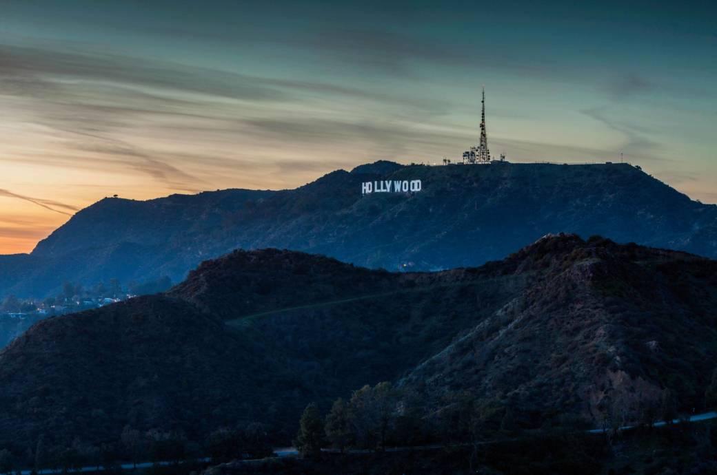 Der Schriftzug in den Hollywood Hills wurde 1923 von einer Maklerfirma aufgestellt. Er sollte eigentlich nur eine kurze Zeit den damals abgelegenen Baugrund bewerben. Doch schon bald wurde er zum Symbol für die aufstrebende Filmindustrie