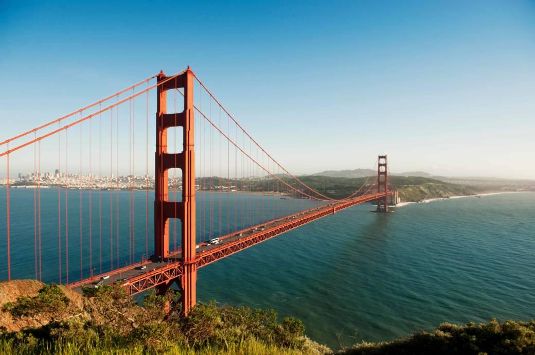 Sie ist DAS Wahrzeichen der Stadt: die Golden Gate Bridge. Sie verbindet das Stadtgebiet auf knapp zwei Kilometern Länge mit den südlichen Gebieten des Marin County und dem Napa und Sonoma Valley