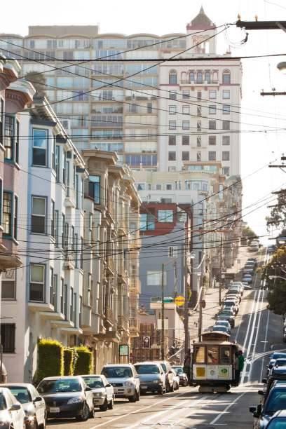 Rauf und runter geht es auf den Straßen von San Francisco, mehr als 40 Hügel verteilen sich über das Stadtgebiet