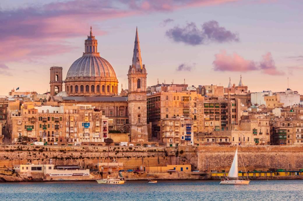 Zu empfehlen: Mit einem Glas Wein den Sonnenuntergang über Valletta genießen