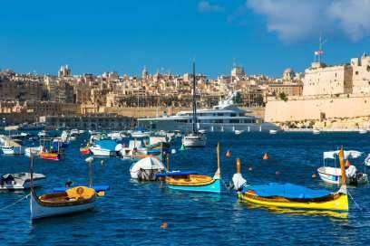 Nur 93 Kilometer südlich von Sizilien und 290 Kilometer von Nordafrika entfernt, überrascht Malta mit malerischen Buchten, in denen bunte Fischerboote im kristallklaren Wasser treiben
