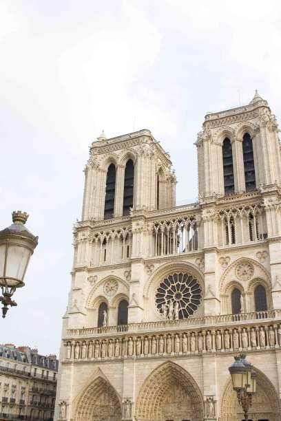 """Notre Dame (""""Unsere Dame"""") wurde 1345 fertig gestellt und ist somit eines der frühesten gotischen Kirchengebäude Frankreichs. In der Kathedrale wurde Napoleon gekrönt"""