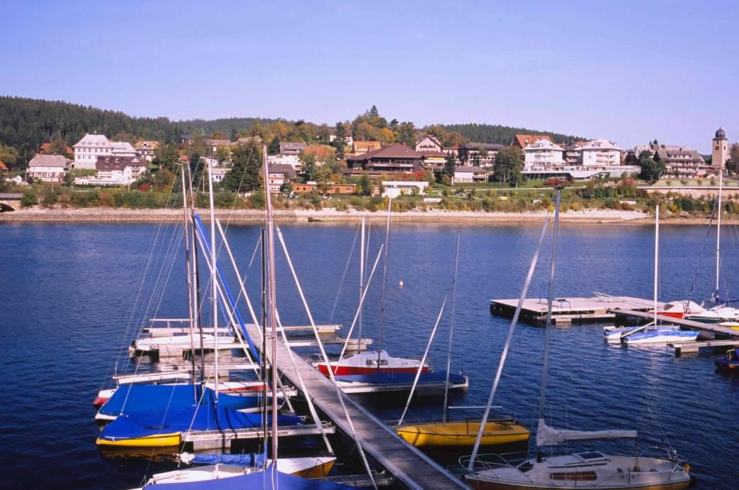 Boot mieten und los: Der Schluchsee liegt auf rund 930 Metern Höhe südöstlich des Titisees. Mit seinen 7 Kilometern Länge und bis zu  4,4 Kilometern Breite ist er der größte See im Schwarzwald