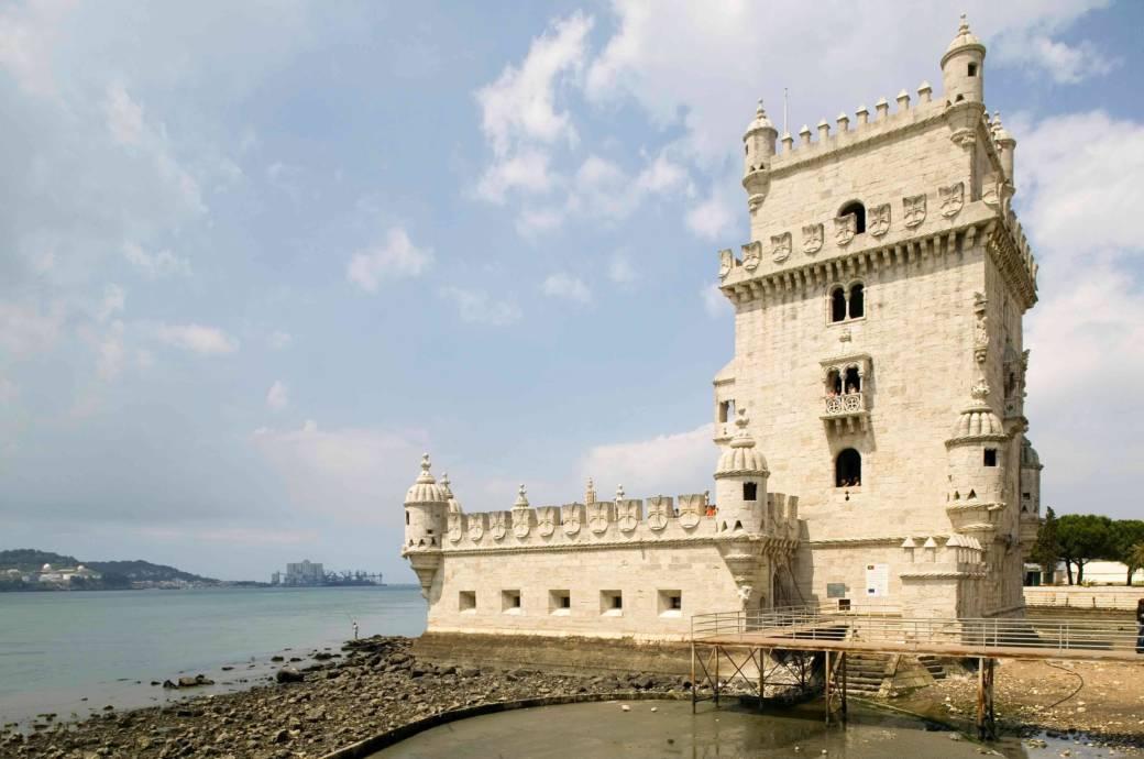 Stolz steht der Torre de Belém, Lissabons Wahrzeichen, am Tejo-Ufer