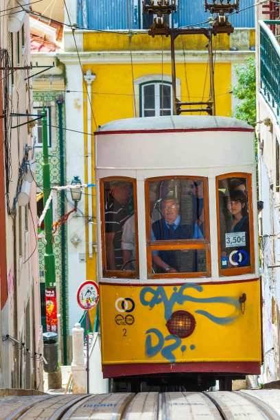 """Bis zu 70 Jahre alt sind die """"Elétricos"""" genannten Straßenbahnen in Lissabon. Der gelbe Waggon der Linie 28 durchquert einmal die gesamte Stadt – die perfekte Stadtrundfahrt"""