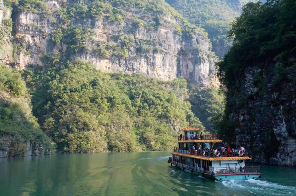 Eine Bootstour auf dem mächtigen Jangtse durch die malerische Drei-Schluchten-Region zählt zu den Höhepunkten einer China-Reise