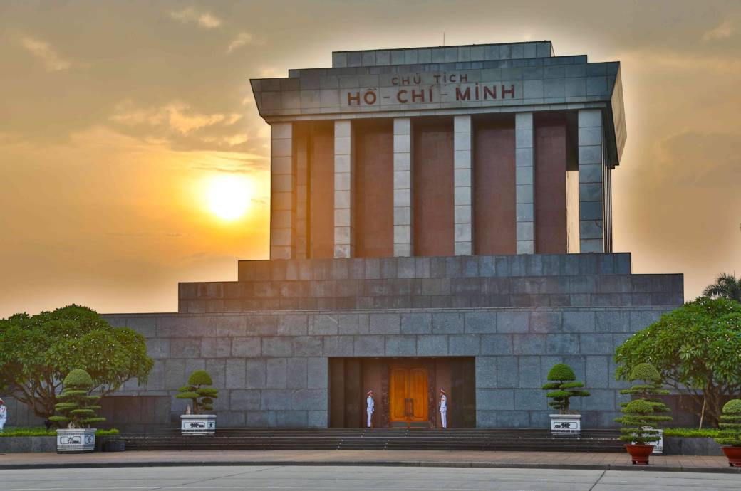 Betonklotz, inspiriert von stalinistischer Architektur: Das Ho-Chi-Minh-Mausoleum in Hanoi beherbergt den einbalsamierten Leichnam des Revolutionärs. Ein Besuch der skurrilen Szenerie lohnt sich – ist aber oft mit langen Wartezeiten verbunden