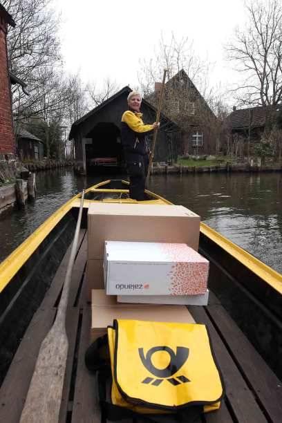 Die Post ist da! In der Spreewaldgemeinde Lehde kommen Briefe und Päckchen von Frühjahr bis Herbst auf dem Wasserweg im gelben Postkahn. In manchen Gegenden wird auch die Müllabfuhr per Schiff organisiert