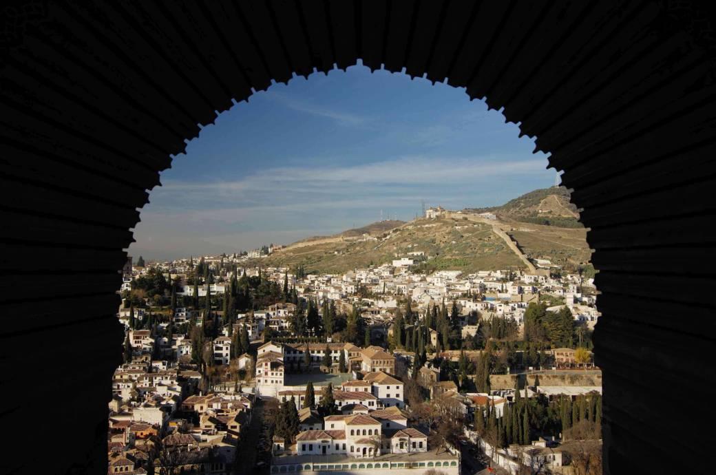 Festung, Palast und wunderschöne Gärten: Granadas Stadtburg, die Alhambra, gilt als eines der schönsten Beispiele maurischer Baukunst. Das Unesco-Welterbe ist die weltweit einzige im Ganzen erhaltene islamische Palastanlage