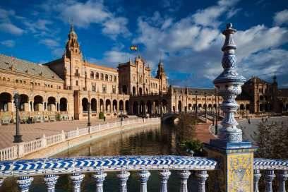 Touristenmagnet und kulturelles Zentrum: Das ist Sevilla, die Hauptstadt der autonomen Region Andalusien. Die Plaza de España aus dem Jahr 1929 ist einer der bekanntesten Plätze der Stadt