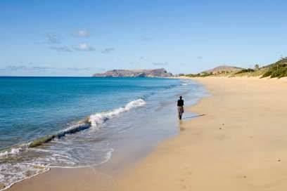 Wer Sandstrand sucht, findet ihn von der feinsten Sorte auf der etwa 40 Kilometer entfernten Insel Porto Santo. Neun Kilometer lang ist der Campo de Baixo, der auch von den Einwohnern Madeiras gerne besucht wird
