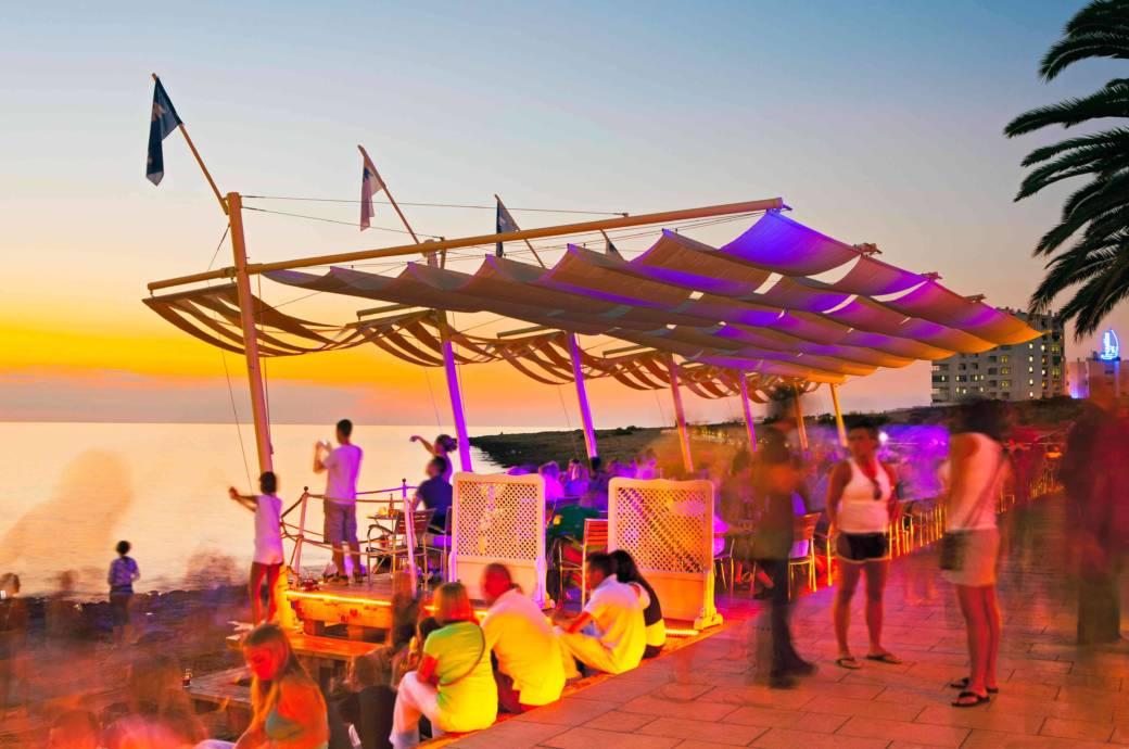Dafür ist Ibiza weltweit berühmt: wilde Partynächte. Zum Pflichtprogramm gehört ein Besuch des Café del Mar in San Antonio – zum Sonnenuntergang versteht sich
