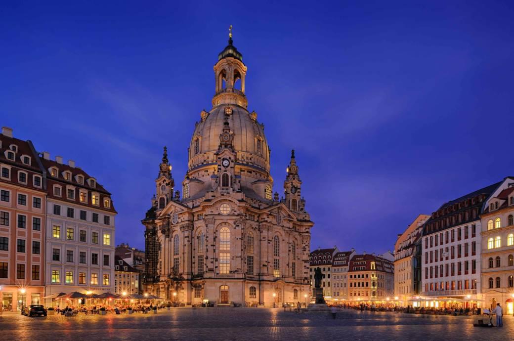 Nach der Wende begann der Wiederaufbau der Dresdner Frauenkirche, die im 2. Weltkrieg stark zerstört und ursprünglich 1743 fertiggestellt wurde. Auf dem Foto zu sehen ist der Stallhof, der im Dezember einen schönen Weihnachtsmarkt beherbergt