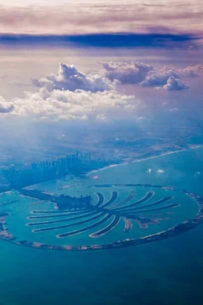 Dem Wasser Land abgetrotzt: Weil der Persische Golf vor Dubai besonders flach ist, konnten Architekten mit speziellen Sand-Verdichtungsverfahren hier eine künstliche Inselgruppe in Form einer Palme anlegen