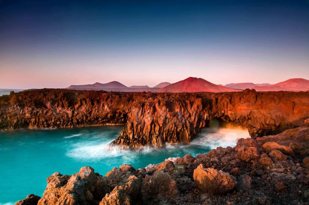 Auf Vulkaninseln erwartet man schwarze Lavastrände. Allerdings gibt es Östlich von Playa Blanca sechs Strände mit strahlend weißem Sand in felsigen Küstenstreifen. Leider sind die Papagayostrände im Süden der Insel meist überfüllt