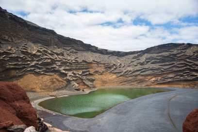 Die bekannteste Sehenswürdigkeit der Insel befindet sich bei El Golfo: die grüne Lagune, die wie ein Smaragd in der Sonne schimmert. Sie hat sich in einem teils im Meer versunkenen Krater gebildet und ist eingefärbt von grünen Algen