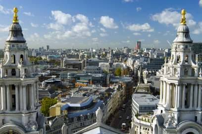 Blick zwischen den Türmen der berühmten St Paul's Cathedral hindurch auf das Stadtzentrum