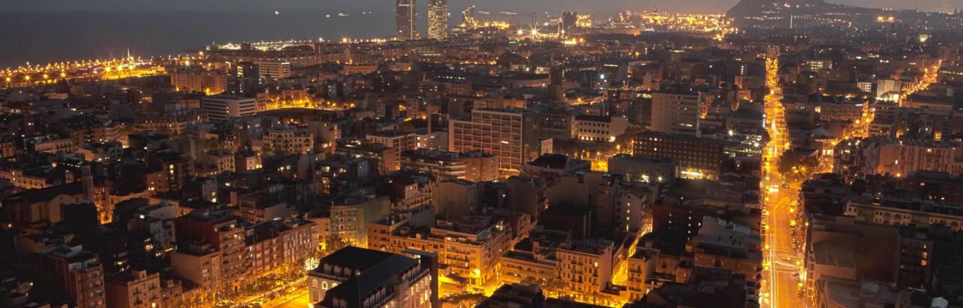 Schon aus der Luft ist das ganz besondere Flair der katalanischen Metropole zu erkennen. Große und kleine Plätze, breite Hauptstraßen und enge Gassen, Bauwerke der verschiedensten Epochen und Stile: So breitet sich Barcelona aus bis ans Mittelmeer