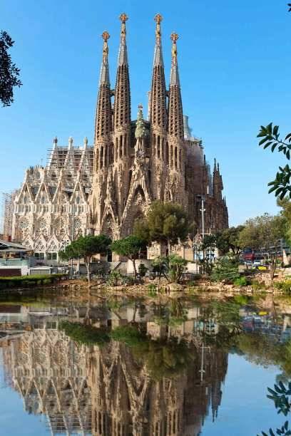 Sagrada Família: So schön kann eine Baustelle sein! Entworfen von Antoni Gaudí begann der Bau dieser römisch-katholischen Basilika bereits 1882 – er dauert bis heute an. Wann genau die Kirche fertig sein wird, darüber streiten sich die Experten