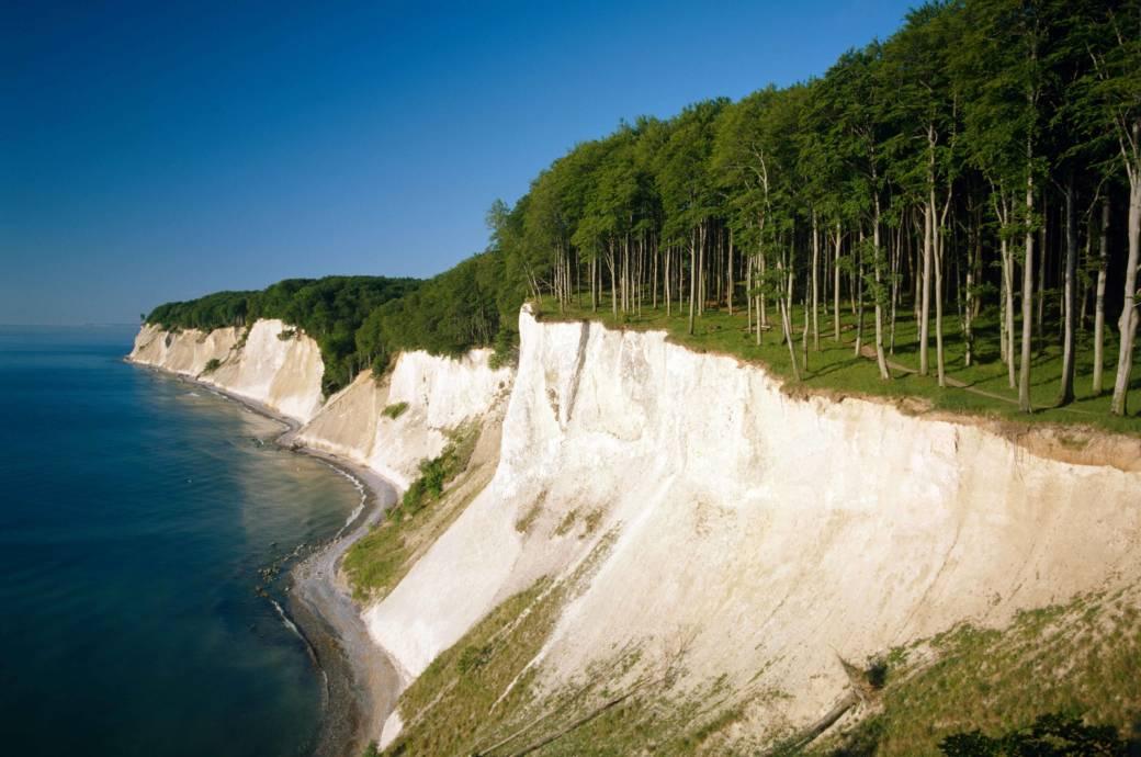 """Weltberühmt sind die imposanten Kreidefelsen im Nationalpark Jasmund. Das """"Weiße Gold"""" von Rügen findet auch als Wellnessprodukt Anwendung und ist für die Insel ein wichtiges Tourismus- und Exportgut"""