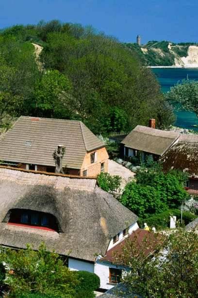 Verstecktes Idyll: In einer Uferschlucht an der Steilküste nahe dem Kap Arkona liegt das Fischerdorf Vitt mit seinen Schilfdächern. Im Hintergrund zu erkennen: das Kap mit den Kreidefelsen