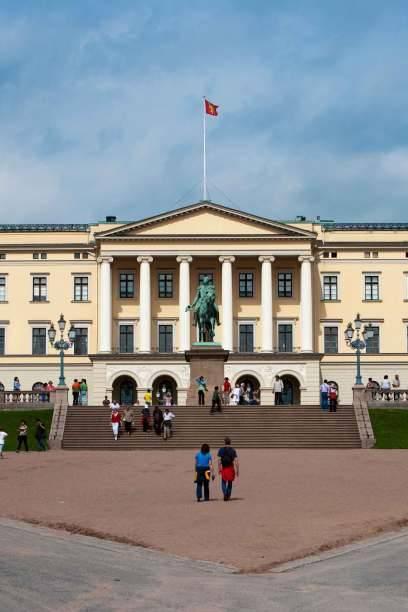 Das königliche Schloss in Oslo ist im Sommer für das Publikum geöffnet. Die Besucher werden von einem Guide durch die Gemächer geführt und über die Geschichte des Königlichen Schlosses informiert