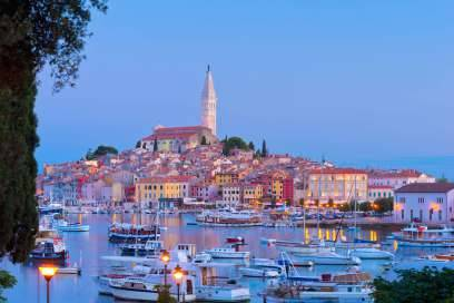 Die schönste Stadt Istriens ist Rovinj, das wie eine Muschel in die tiefblaue Adria ragt. Kopfsteinpflaster, verwunschene Gassen, Galerien und ein wunderschöner Platz am Hafen, an dem sich gemütliche Cafés reihen