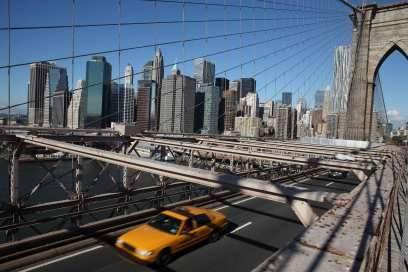 Blick über die Brooklyn Bridge auf die Skyline von Manhattan, die bis 2001 das World Trade Center dominierte