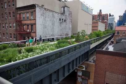 Einst fuhren hier Güterzüge über die Hochbahntrasse, jetzt wachsen hier Grünpflanzen in die Höhe: Die High Line wird seit 2006 zu einer Parkanlage umgebaut