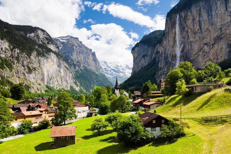 Das Lauterbrunnental in den Schweizer Alpen wird auch Tal der 72 Wasserfälle genannt. Beeindruckendes Wahrzeichen von Lauterbrunnen ist der 297 Meter hohe Staubbachfall
