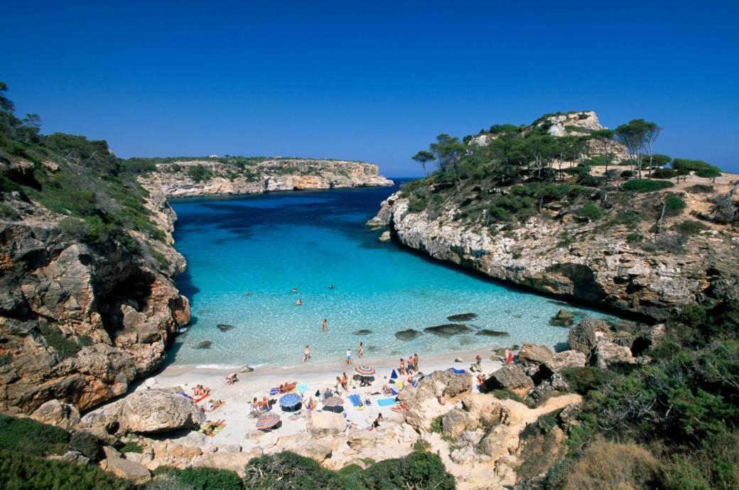 Bis auf den Grund kann man sehen, so klar ist das Wasser in der traumhaften kleinen Bucht Cala S'Almunia an der Südostküste Mallorcas. Das versteckte Kleinod liegt etwa sieben Kilometer südöstlich von Santanyì in einem Naturschutzgebiet