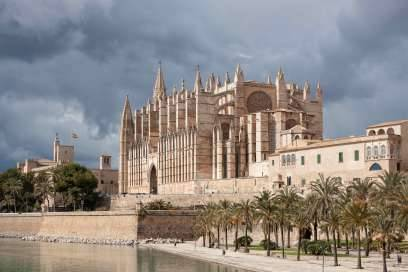 Wahrzeichen der Insel-Hauptstadt:Die gotische Kathedrale La Seu in der Altstadt von Palma. Die zwischen dem 13. und 16. Jahrhundert erbaute Kathedrale ist 109,5 Meter lang und 33 Meter breit. Sie ist die Bischofskirche des Bistums Mallorca