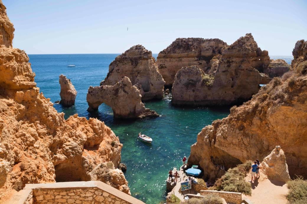 """Blick von der """"Ponte da liberdade"""" (Freiheitsbrücke), einem Felsen, der in Lagos (Algarve) bis ins Meer hinausragt, auf die malerische Bucht. Mit Booten lassen sich in der Gegend zahlreiche Grotten besichtigen"""