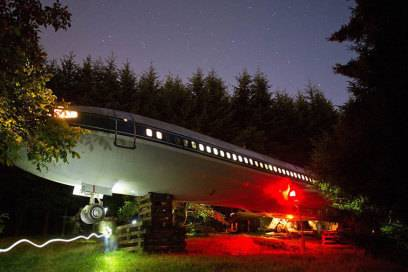 Außenansicht seiner Boeing in den Wäldern bei Portland. Die Beleuchtung hat Campbell ebenfalls selbst installiert.