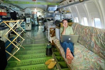 Bruce Campbell hat in seinem Flugzeugrumpf in den USA alles, was man braucht– Couch inklusive