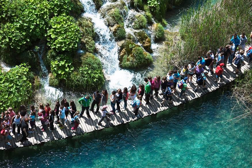 Im Sommer herrscht im Nationalpark Plitvicer Seen ein massiver Besucherandrang