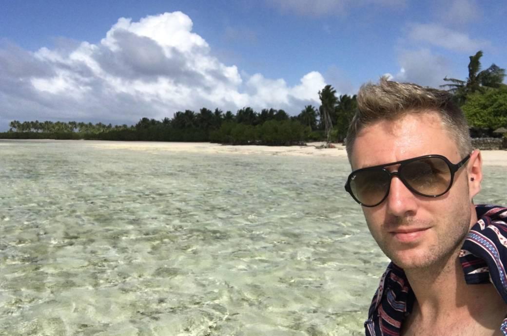 Der Ire Johnny Ward hat während seiner Weltreise 1,5 Millionen Dollar verdient – auf diesem Bild grüßt er gerade aus Mikronesien