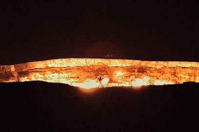 """Beeindruckendes Bild: Johnny am """"Tor zur Hölle"""" in Turkmenistan"""