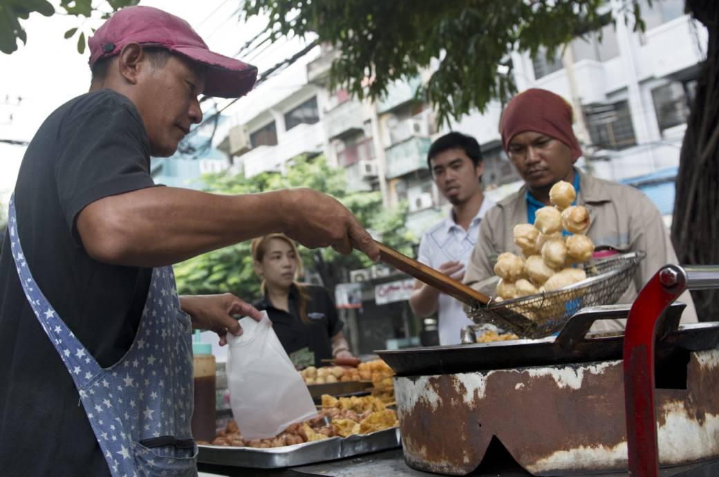 Ungefähr 500.000 Straßenküchen gibt es derzeit in Bangkok. Die Stadtverwaltung will sie alle verbieten.