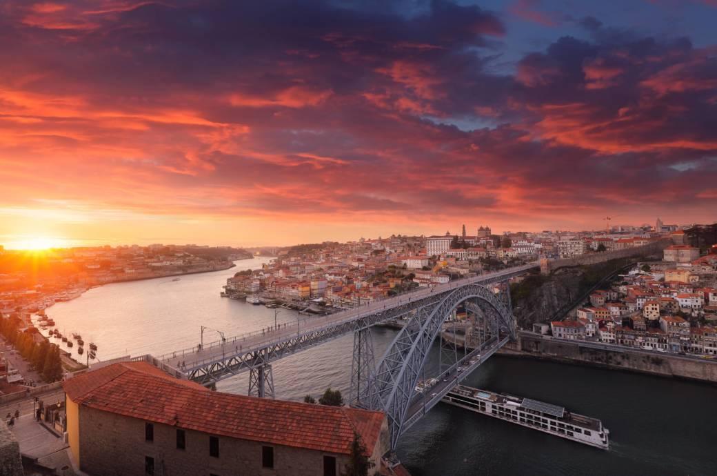 Porto ist ein beliebtes Ziel für Städteurlauber, zudem ist man von dort auch schnell zu anderen sehenswerten Orten in Portugal, wie etwa Guimarães oder Braga