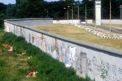 1986: Unbekleidete Westberliner sonnen sich direkt vor der Berliner Mauer