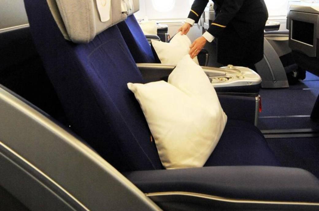 Kissenbezüge werfen Fluggesellschaften nach jedem Flug weg. Sie gelten als Einwegware.