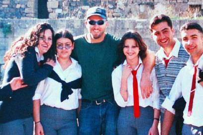 Sascha Grabow (M.) genießt das Leben auf seinen Reisen, hier in Syrien – was machen da ein paar Kilos mehr schon aus? (Foto: www.GreatestGlobetrotters.com)