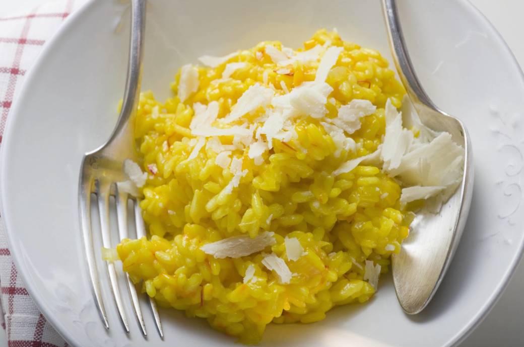 Die typische gelbe Farbe erhält das Risotto durch Safran-Fäden