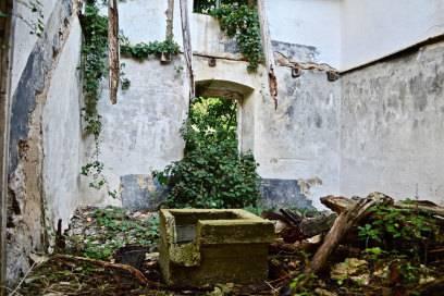 Neben intakten Häusern sieht man in dem Dorf auch überall Ruinen