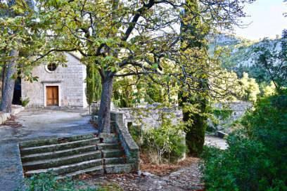 Malo Grablje liegt auf der kroatischen Insel Hvar. Beim Anblick der Kirche St. Theodor glaubt man kaum, dass das Dorf verlassen ist.